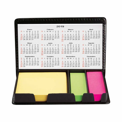 Código HL  6655  ESTUCHE CON PORTA NOTAS - CALENDARIO. Incluye notas adheribles y calendario con dos años. Material: Plástico. Tamaño: 14.8 x 8.7 cm.
