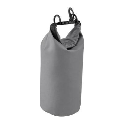 Código PRO 330   BOLSA PORAK (Bolsa seca a prueba de agua para proteger artículos. Capacidad 2 litros. Incluye correa ajustable y gancho.)  Material:  Plástico.   Tamaño:  18 x 27 cm