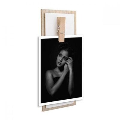 Código PRT 020 PORTARRETRATO KROMERIZ (Portarretrato con sujetador para colgar en la pared. Posición vertical con gancho para sujetar foto de 10 x 15 cm.) Material: Madera. Tamaño: 12 x 30 cm