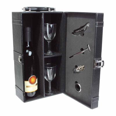 Código 98509 -SET PARA VINOS CHATEAU BLANC-  .Espacio para botella y dos copas (no incluidas) de 8 x 16 cm con sujetadores.Incluye sacacorchos con navaja, termómetro, boquilla y arillo.  Material: Curpiel / Metal. Tamaño:35.5 x 13 cm.