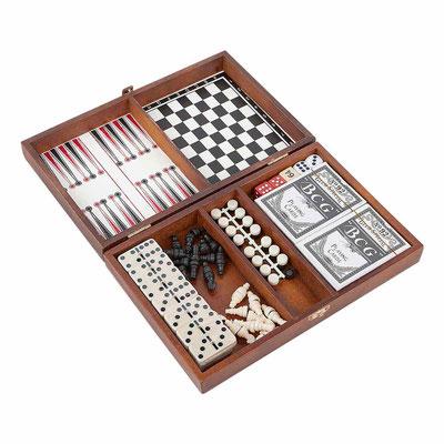 Código  JM 017  SET DE JUEGO NAMIBIA (Incluye estuche de madera con juego de ajedrez, backgammon, 2 barajas plastificadas y dominó de 28 piezas.) Material:   Madera / Plástico.   Medidas:  25 x 16.2 cm