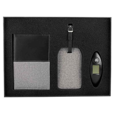 Código 6200 SET DE VIAJE DAEGU (Incluye portapasaporte, identificador de maleta y báscula con display digital con capacidad máxima de 40 Kg . caja de regalo. )   Material:  Plástico Báscula / Curpiel Porta pasaporte.  Tamaño: 63.5 x 49 x 32.5 cm.