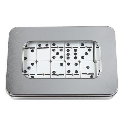 Código JM 001 -JUEGO DE DOMINó- Incluye estuche de aluminio con 28 piezas. Material: Estuche Aluminio / Fichas Plástico.  Tamaño: 19 x 12.5 cm.