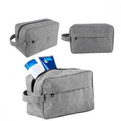 Código NESS 004  NECESER MANTRA  Incluye bolsa frontal con cierre y correa.  Material:  Poliéster Tamaño:  24.5 x 14.5 cm