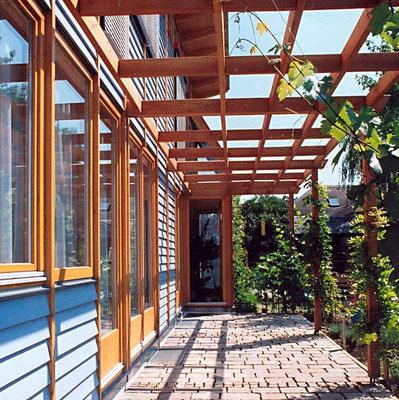 Niedrigenergiehaus mit Holz Sonnenfassade