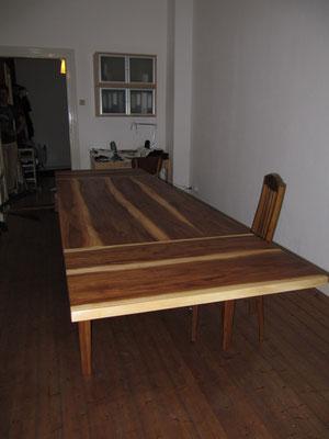 Tisch aus gedämpfter Rüster