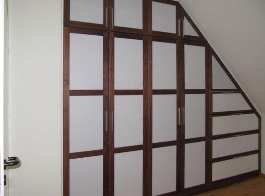 Schlafzimmerschrank, Nussbaum, Bespannung mit Japan-Papier