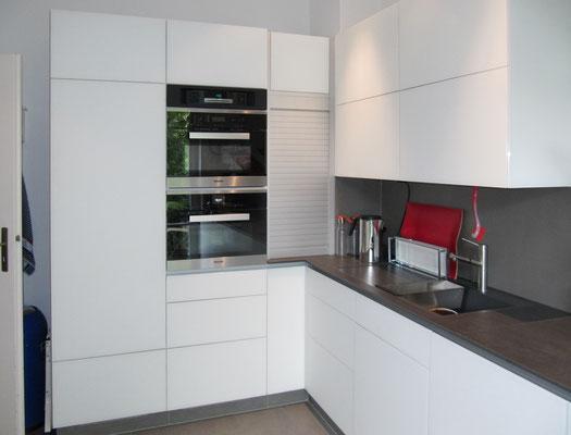 Glasfronten, weiß lackiert, grifflose Ausführung mit Elektro-Push-to-open