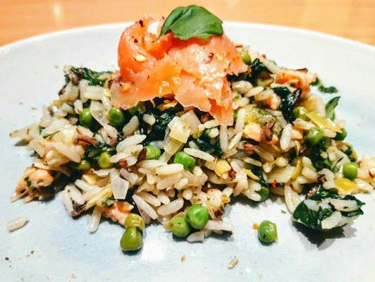 Wilde rijst met groene groenten in witte wijn & gerookte zalm