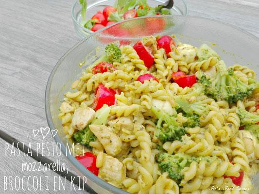 Pasta pesto met mozzarella, broccoli en kip