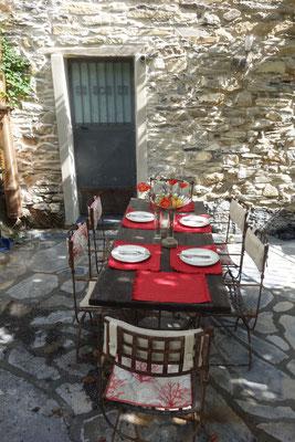 Terrasse mit gedeckten Tisch.