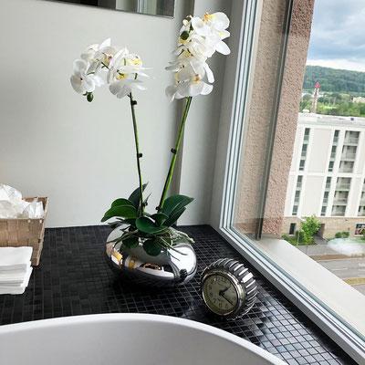 Orchideen schlicht im Silbergefäss