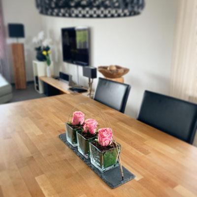 Rosen Tischdeko auf Schieferplatte