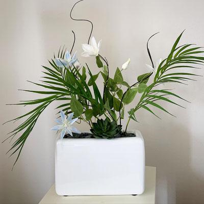 clematisblumen mit palmenblätter