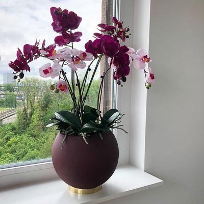 Designvase mit schönen Orchideen