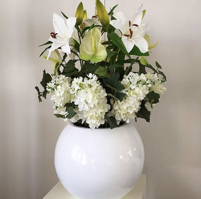 hortensien lilien in rundem topf