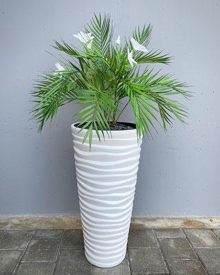 palmenblätter mit clematisblumen
