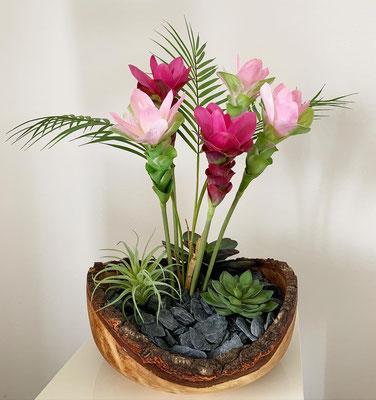 Blumenpracht in Holzschale