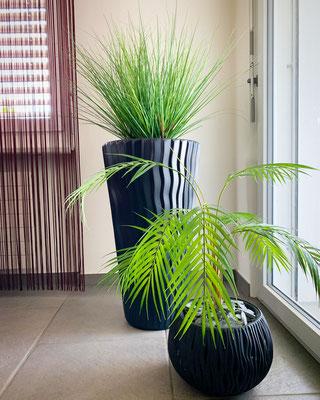 Gräser und Palmenblätter in Kombination
