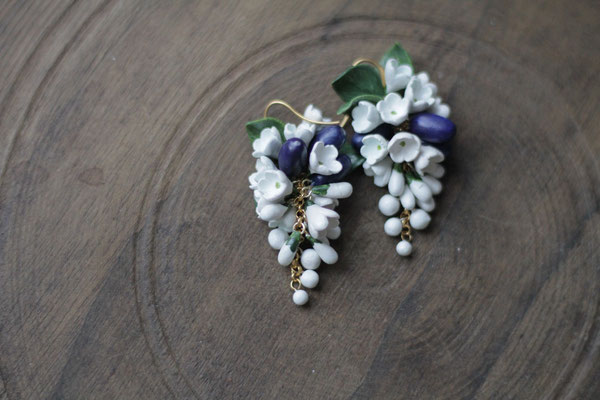 серьги с белыми цветами и жимолостью 1500р