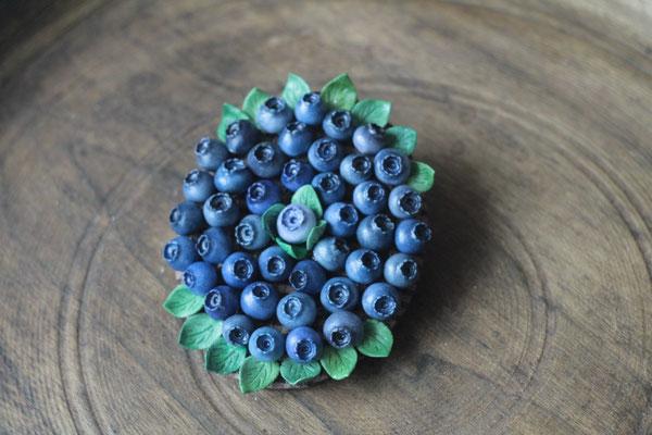 плоская брошь с ягодами черники 4500р. Можно носить как подвеску.