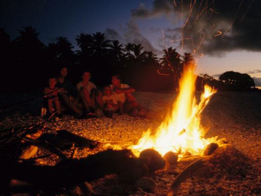 Lagerfeuer unter Palmen auf Takaroa, Tuamotos - Französisch Poynesien