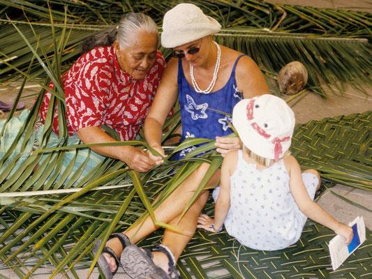 Anna und Ingrid lernen flechten in Thahiti - Französisch Poynesien