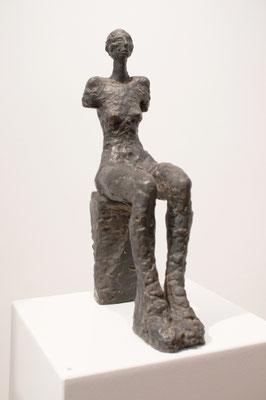 Kleine sitzende Gaia, 1986, Bronze, 27cm x 11cm x 47cm