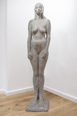 Die Hohepriesterin, 2006, Steinguss, 30cm x 25cm x 132cm