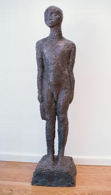 Der stehende Knabe, 2002, Steinguss, 29cm x 24cm x 100cm
