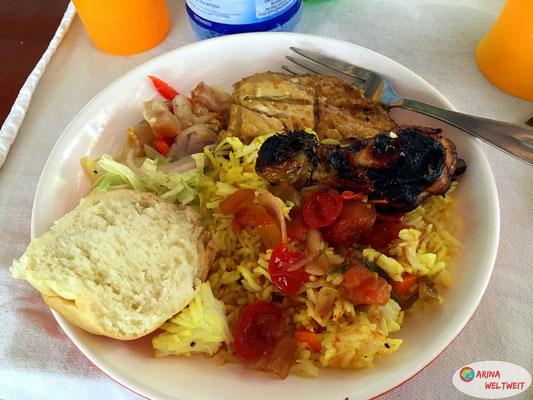 Endlich Essen: leckerer Fisch, Hühnchen, Salat, Safranreis und Brot.