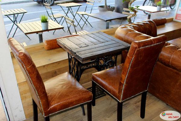 im Manolya Coffee: Hier wurden alte Nähmaschinentische zu normalen Tischen umgebaut. Super tolles Ambiente.