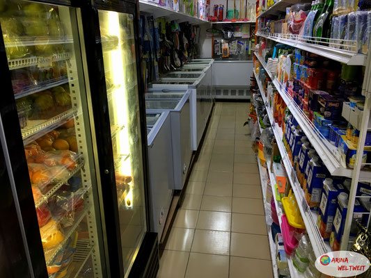 Verkehrte Welt: links ist Obst in der Kühlung, rechts steht Joghurt ohne Kühlung