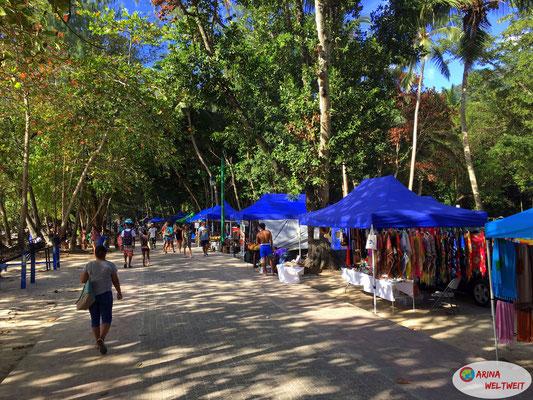 diverse Stände mit Souvenirs und Essen an der Strandpromenade