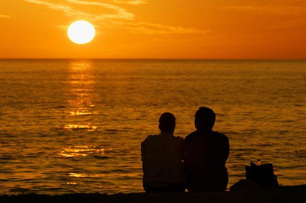 Paar bei Sonnenuntergang am Strand / ch023402