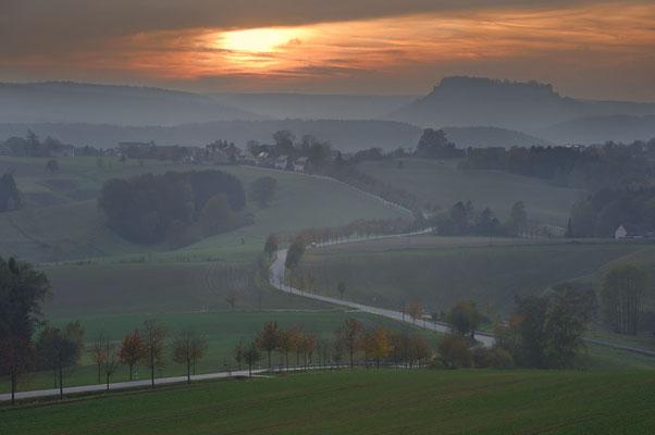Landstraße und Tafelberg Königstein bei Sonnenuntergang, Sächsische Schweiz, Sachsen / chhd0095