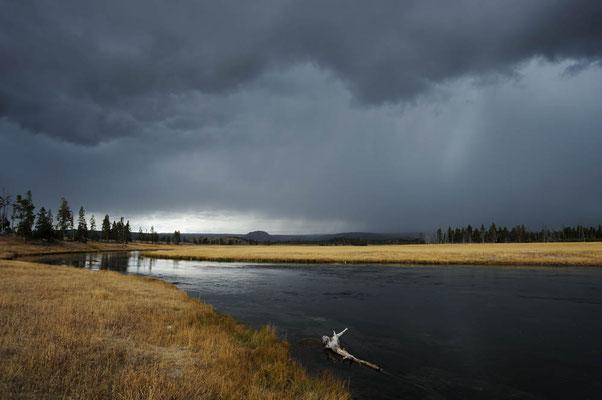 Gewitterwolken und Firehole River / ch059079