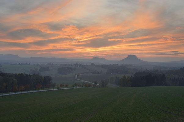 Blick zum Königstein und Lilienstein bei Sonnenuntergang, Sächsische Schweiz, Sachsen / chhd0098