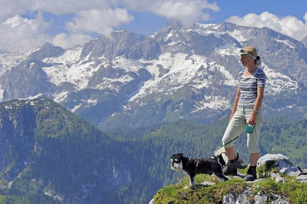 Frau mit Zwergschnauzer auf dem Gipfel des Jenner / ch009651