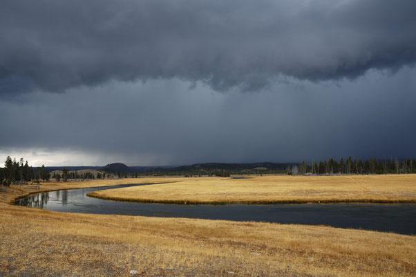 Gewitterwolken und Firehole River / ch059077