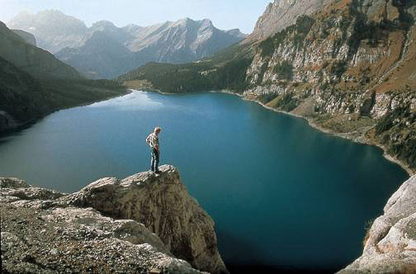 Weitwandern ohne Gepäck auf der Via Alpina: Oeschinensee, Berner Oberland