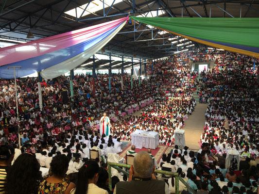 Die dreistündige Messe von Pater Pedro im Akamasoa-Projekt wird gefeiert wie eine Party