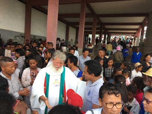 Pater Pedro nimmt sich nach der Messe für jeden Zeit, der seine Hilfe benötigt.