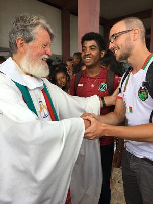 """Persönlich konnten wir Pater Pedro im Namen des Vereins """"Madagaskar und Wir e.V."""" Grüße überreichen"""