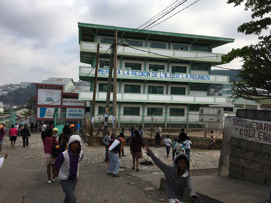 Schulgebäude in Akamasoa, dahinter liegt die große Veranstaltungshalle.
