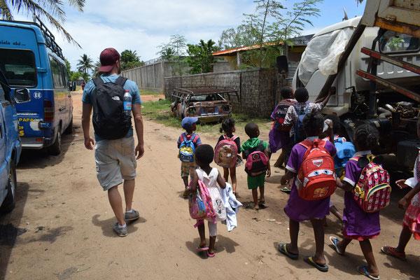Schulschluss in Sambava: Viele Kinder begleiteten uns bei unserem Sapziergang durch die Region
