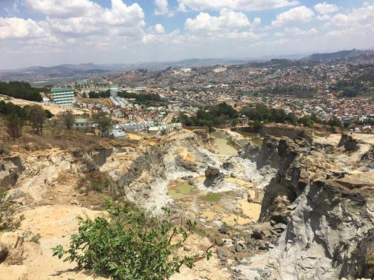 Das Material für die Häuser wird direkt im Steinbruch des Akamasoa-Projekts gewonnen