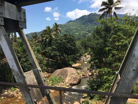 Bei der etwa dreistündigen Fahrt durch die Gebirgsketten zwischen Sambava und Andapa kommt man aus dem Staunen nicht heraus