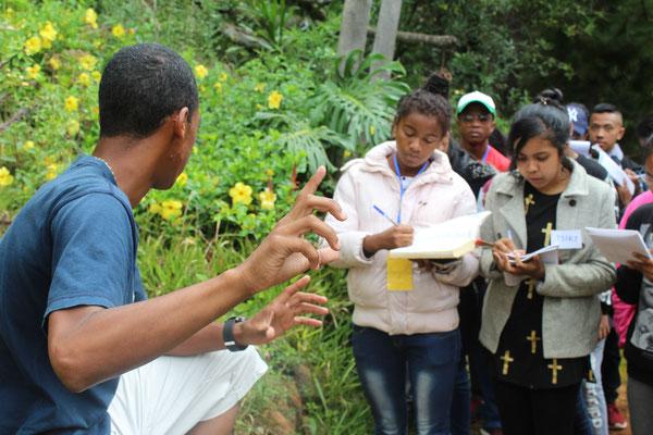 Bei gemeinsamen Ausflügen lernen die Jugendlichen viel über die Natur Madagaskars, um warum es so wertvoll ist, sie zu schützen.
