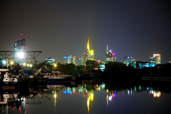 Was gibt es schöneres, als das Leuchten der Nacht, welches sich im Wasser widerspiegelt?